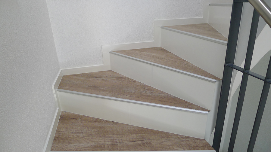 treppe mit vinyl bekleben cool klick vinyl boden designbelag verlegen verlegung naturstein. Black Bedroom Furniture Sets. Home Design Ideas